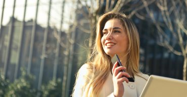 Žena s notebookom a telefónom