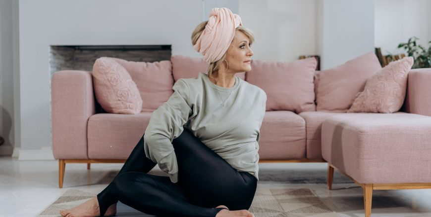 Žena v strednom veku cvičí