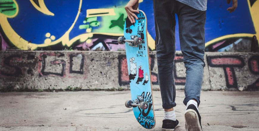 Tínedžer so skateboardnom