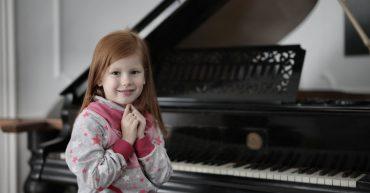 Dieťa hrá na klavíri