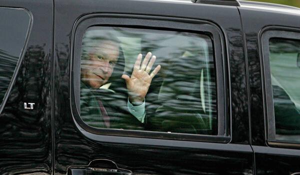 Bush ukazuje gesto z limuzíny